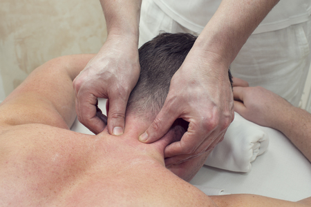 masaje deportivo: un hombre en un sal�n de masaje haciendo masaje de cabeza Foto de archivo