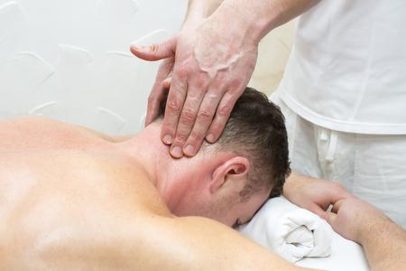 masaje deportivo: man doing sports massage at the massage parlor