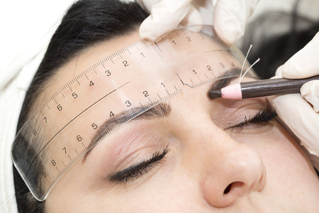 Mikrobleyding eyebrows workflow in a beauty salon Фото со стока - 54000645