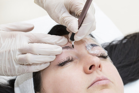 eyebrow: Mikrobleyding eyebrows workflow in a beauty salon