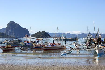 El NIDO, PHILIPPINES - FEB. 16: Morning in the harbor fishing village of El Nido FEB. 16, 2016 in El Nido Philippines. Фото со стока - 57456730