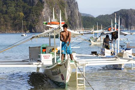 El NIDO, PHILIPPINES - FEB. 16: Morning in the harbor fishing village of El Nido FEB. 16, 2016 in El Nido Philippines. Фото со стока - 57456759