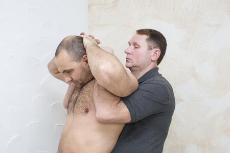 masaje deportivo: hombre haciendo masaje deportivo en la sala de masajes