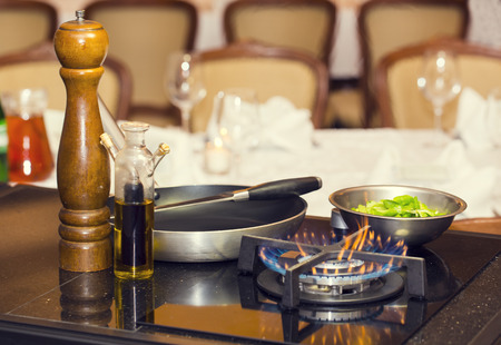 vaso de precipitado: utensilios de cocina sartén cocina de gas tabla