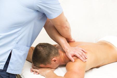 masaje deportivo: hombre joven en tratamientos de bienestar masaje deportivo