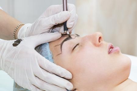 cosmetologist: Mikrobleyding eyebrows workflow in a beauty salon