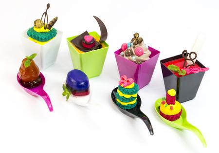 Postres y canapés de carne snacks vegetales en vasos de plástico canaps