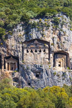 Antiguas tumbas antiguas de loutra reyes en las montañas taurus Foto de archivo - 78225055
