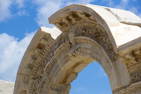 templo romano: Las ruinas de la antigua ciudad antigua de Éfeso, la biblioteca de Celsus, los templos y columnas del anfiteatro. Candidato a la Lista del Patrimonio Mundial de la UNESCO