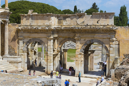 EPHESUS, TURKEY - 6 MAY, 2017: The ruins of the ancient antique city of Ephesus, the library of Celsus, the amphitheater temples and columns. Archivio Fotografico