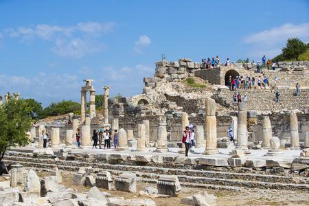 EPHESUS, TURCHIA - 6 MAGGIO 2017: Le rovine dell'antica città antica di Efeso, la biblioteca di Celso, i templi e le colonne dell'anfiteatro. Candidato all'elenco del patrimonio mondiale dell'UNESCO
