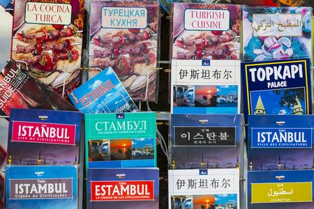 ISTANBUL, TURKIJE - 1 APRIL, 2017: Toeristische posters en atlassen fotoalbums voor toeristen van de stad Istanbul