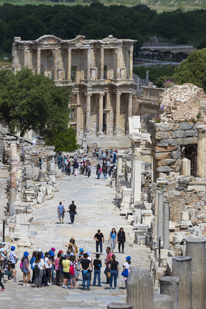 efeso: EPHESUS, TURKEY - 6 MAY, 2017: The ruins of the ancient antique city of Ephesus, the library of Celsus, the amphitheater temples and columns. Editoriali