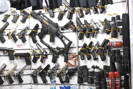 ESTAMBUL, TURQUÍA - 4 DE ABRIL DE 2017: Escaparate de una tienda de arma en Estambul en una tienda de armas en el puente de Galata.
