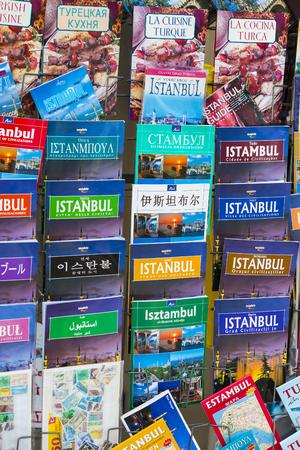 ISTANBUL, TURKIJE - 1 APRIL, 2017: Toeristische affiches en atlassen fotoalbums voor toeristen van de stad Istanbul