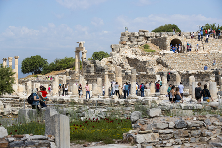 efeso: EPHESUS, TURKEY - 6 MAY, 2017: The ruins of the ancient antique city of Ephesus, the library of Celsus, the amphitheater temples and columns. Candidate for the UNESCO World Heritage List