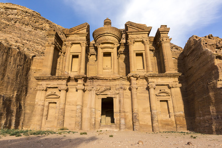 Ancient abandoned rock city of Petra in Jordan tourist attraction 免版税图像