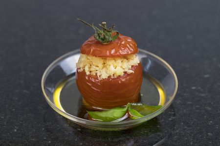 Mini postres y aperitivos, canapés vegetales carne en vasos de plástico canapés