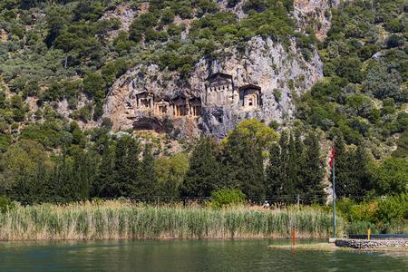 Tumbas de reyes licios tallados en las rocas de la Turquía moderna Foto de archivo - 83932242