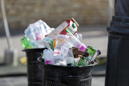 metalschrott: BUDAPEST, Ungarn - 19. August 2017: Straße Mülleimer sind mit Mülltonnen mit Plastikflaschen von Scans bis zur Spitze gefüllt.