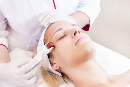 De vrouw ondergaat de procedure.