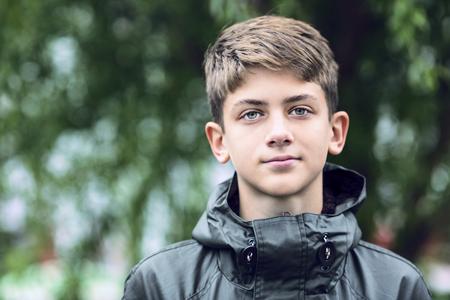 Portret van een tiener op de straat