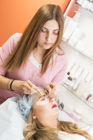 pinzas: Correction of eyebrows in the beauty salon Foto de archivo