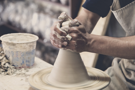 ollas de barro: Potter makes pottery handmade in the workshop