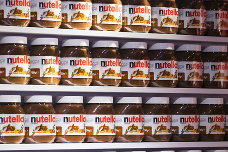 TEL AVIV, ISRAEL - 26 NOVEMBER 2017: Background with cans of chocolate nutty pasta Nutella attractions of the city Market Sarona. Stock fotó - 91849930