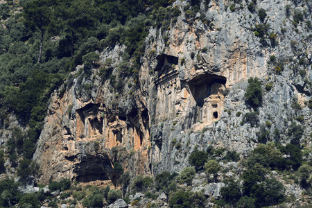 Túmulos antigos antigos de reis Lícia nas montanhas Taurus Foto de archivo - 92407244