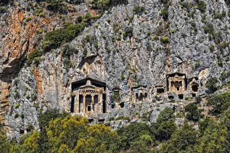 Túmulos antigos antigos de reis Lícia nas montanhas Taurus Foto de archivo - 92407246