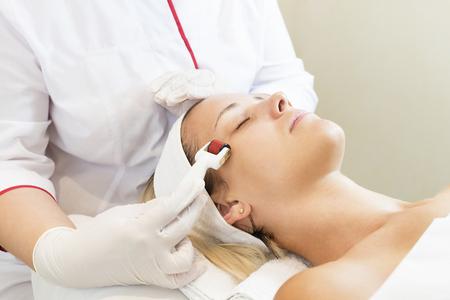 The woman undergoes the procedure. Zdjęcie Seryjne