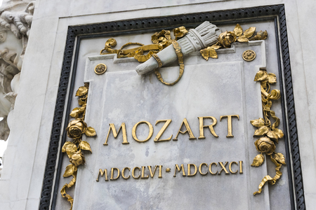 Architectural elements of the Mozart monument created in 1896 in Vienna in Austria. 免版税图像