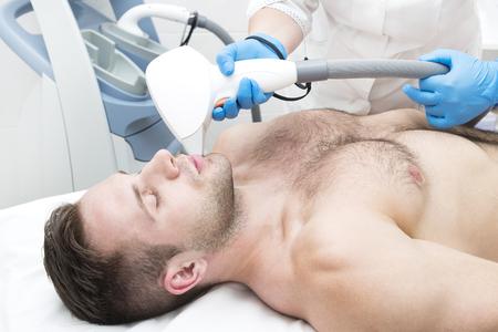 Mann über das Verfahren der Laser-Haarentfernung im Schönheitssalon