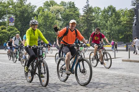 KHARKIV, UKRAINE - 20 MAY, 2018: Annual spring city cycling holiday and cycling through the streets of the city. Редакционное