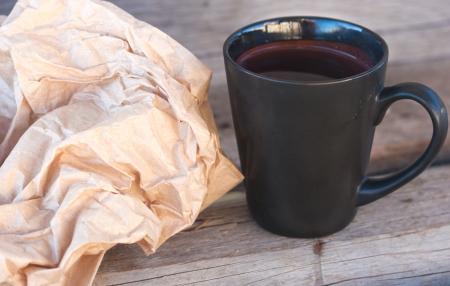 rumple: dark can with tea and rumple paper bag