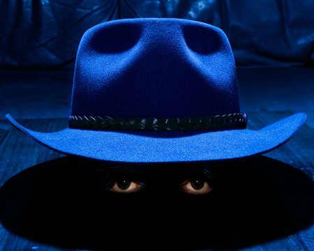 big brother spy: Hat ligeramente levantado frente a la mesa de caf�, con un par de ojos en virtud de la llanta