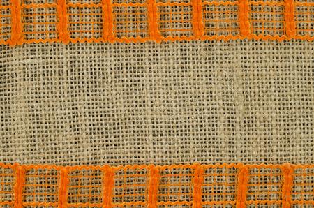 sacco juta: Cornice di nastro arancione sullo sfondo di lino