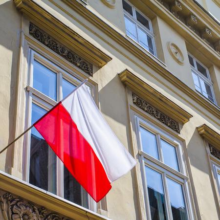 bandera de polonia: Bandera polaca en la construcci�n