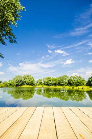 jezior: Pusty drewniany stół w tle krajobrazu Zdjęcie Seryjne