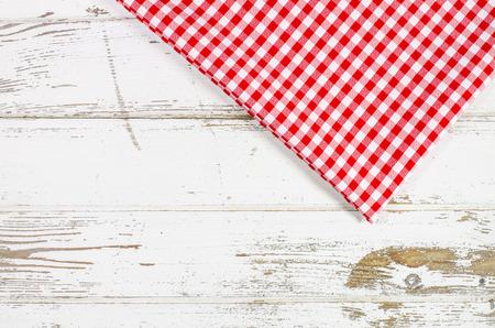Rote Tischdecke über Holztisch Standard-Bild