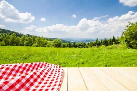 Prázdný stůl s krajiny pozadí