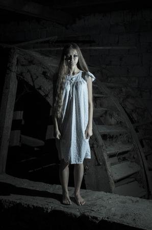 demon: Horror chica en vestido blanco
