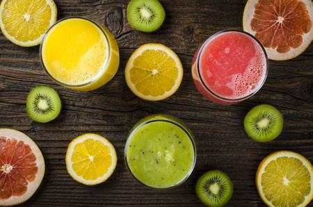 naranja: jugos de frutas frescas sobre la mesa de madera