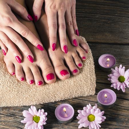 pedicura: Cierre plano de los pies y manos femeninas en el salón del balneario