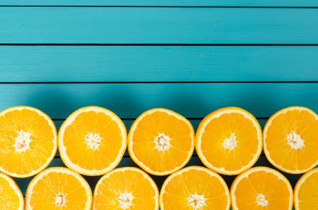 naranja: Naranjas frescas en la mesa de madera Foto de archivo
