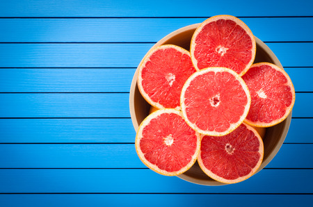 toronja: pomelo fresco en un taz�n