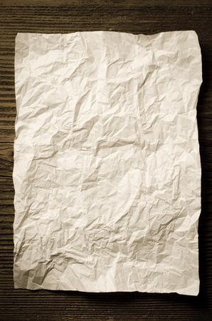 parchemin: Feuille de papier froiss� sur la table en bois