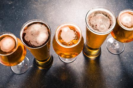 cerveza: vasos de cerveza en una mesa oscura