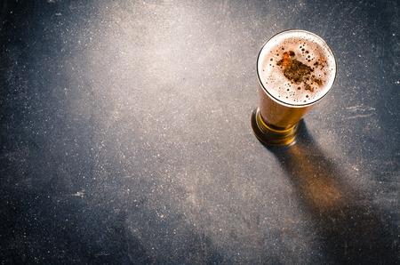 barra: vaso de cerveza en la mesa oscura